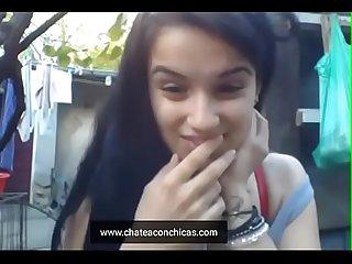 Jovencita latina se quita la ropa y se masturba en el patio de su casa esta bien caliente Video Real