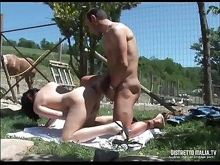 Il contadino si tromba E sborra in bocca alla giovane amica di famiglia