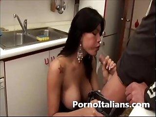 Trans Bellissima succhia cazzo in cucina